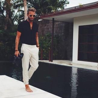 Comment porter: chemise à manches courtes noire, pantalon chino beige, sandales en cuir noires