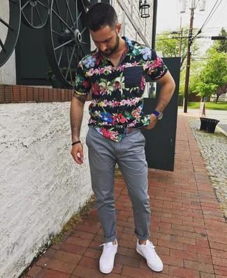 Comment porter: chemise à manches courtes à fleurs noire, pantalon chino gris, baskets basses blanches, montre en cuir bleue