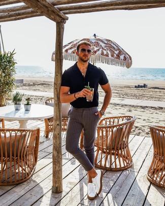 Comment porter: chemise à manches courtes noire, pantalon chino à rayures verticales gris, baskets basses en cuir blanches, lunettes de soleil marron foncé