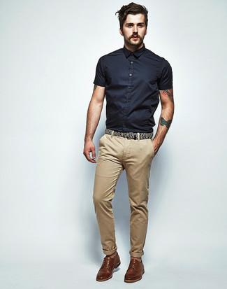 Comment porter: chemise à manches courtes noire, pantalon chino marron clair, chaussures derby en cuir marron
