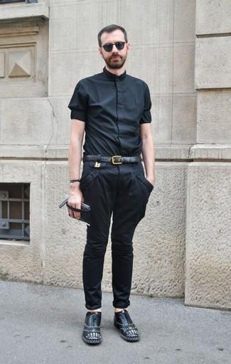 Comment porter: chemise à manches courtes noire, pantalon chino noir, chaussures richelieu en cuir à clous noires, ceinture en cuir noire