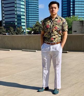 Comment porter: chemise à manches courtes à fleurs noire, pantalon de costume en lin blanc, slippers en cuir bleu canard, ceinture en cuir marron