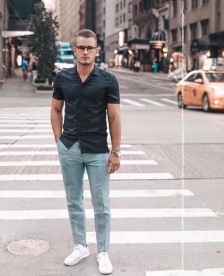 Comment porter: chemise à manches courtes noire, pantalon de costume bleu clair, baskets basses blanches, montre argentée