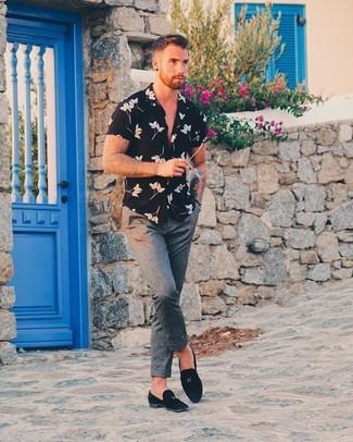 Comment porter: chemise à manches courtes à fleurs noire, pantalon de costume en laine gris, slippers en daim noirs, montre en cuir noire