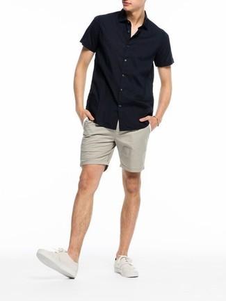 Comment porter: chemise à manches courtes noire, short beige, tennis beiges