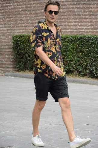 Comment porter: chemise à manches courtes à fleurs noire, short noir, baskets basses en toile blanches, lunettes de soleil noires