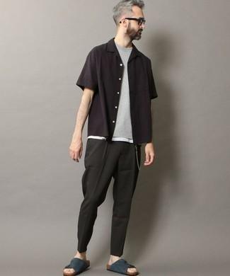 Comment porter un pantalon chino noir: Harmonise une chemise à manches courtes noire avec un pantalon chino noir pour une tenue confortable aussi composée avec goût. Mélange les styles en portant une paire de des sandales en daim bleu marine.
