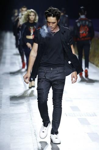 Comment porter: chemise à manches courtes noire, t-shirt à col rond noir, jean skinny noir, baskets basses en cuir blanches