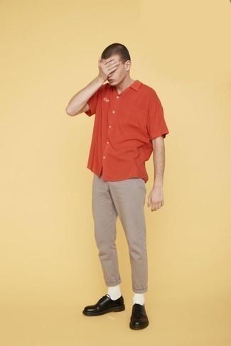 Des chaussures derby à porter avec un pantalon chino beige: Associe une chemise à manches courtes orange avec un pantalon chino beige pour une tenue idéale le week-end. Complète cet ensemble avec une paire de des chaussures derby pour afficher ton expertise vestimentaire.