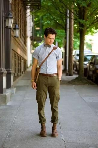 Comment porter: chemise à manches courtes bleu clair, pantalon cargo olive, bottes de loisirs en cuir marron foncé, besace en cuir marron