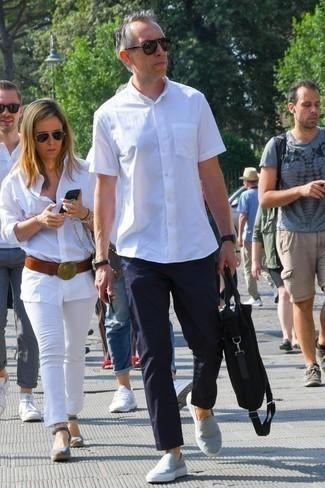 Comment porter un pantalon chino bleu marine: Pour une tenue de tous les jours pleine de caractère et de personnalité porte une chemise à manches courtes blanche et un pantalon chino bleu marine. Cet ensemble est parfait avec une paire de des baskets à enfiler en toile grises.