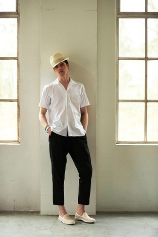 Comment porter un chapeau en laine beige: Pour une tenue aussi confortable que ton canapé, marie une chemise à manches courtes blanche avec un chapeau en laine beige. Complète cet ensemble avec une paire de des baskets à enfiler en toile marron clair pour afficher ton expertise vestimentaire.