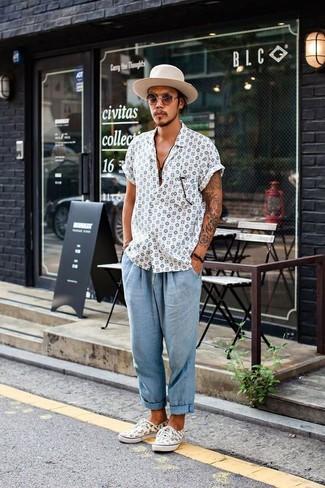 Comment porter: chemise à manches courtes imprimée blanche, pantalon chino en seersucker bleu clair, baskets basses imprimées blanches, chapeau en laine beige