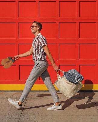 Comment porter: chemise à manches courtes à rayures verticales blanc et rouge, pantalon chino en lin beige, baskets basses en cuir blanches, sac fourre-tout en toile beige