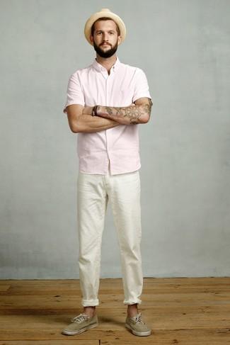 Comment porter: chemise à manches courtes rose, pantalon chino blanc, baskets basses en toile olive, chapeau de paille marron clair