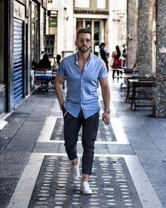 Comment porter: chemise à manches courtes bleu clair, pantalon chino à rayures verticales bleu marine, baskets basses blanches, lunettes de soleil grises