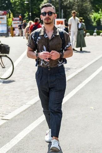 Tendances mode hommes: Associe une chemise à manches courtes imprimée marron foncé avec un pantalon chino en lin bleu marine pour une tenue idéale le week-end. Termine ce look avec une paire de des baskets basses imprimées blanches.