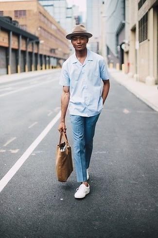 Comment porter un pantalon chino bleu clair: Essaie d'harmoniser une chemise à manches courtes bleu clair avec un pantalon chino bleu clair pour un look de tous les jours facile à porter. Une paire de des baskets basses en cuir blanches est une option astucieux pour complèter cette tenue.
