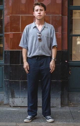 Tendances mode hommes: Associe une chemise à manches courtes à rayures horizontales bleu clair avec un pantalon chino bleu marine pour une tenue idéale le week-end. Complète ce look avec une paire de des baskets basses en toile bleu marine et blanc.