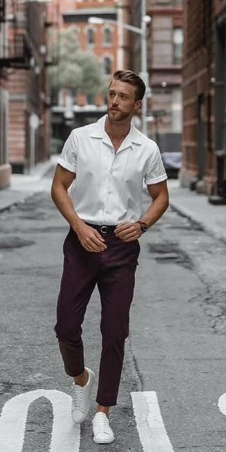Comment porter un pantalon chino pourpre foncé: Pour créer une tenue idéale pour un déjeuner entre amis le week-end, pense à opter pour une chemise à manches courtes blanche et un pantalon chino pourpre foncé. Cet ensemble est parfait avec une paire de des baskets basses en cuir blanches.