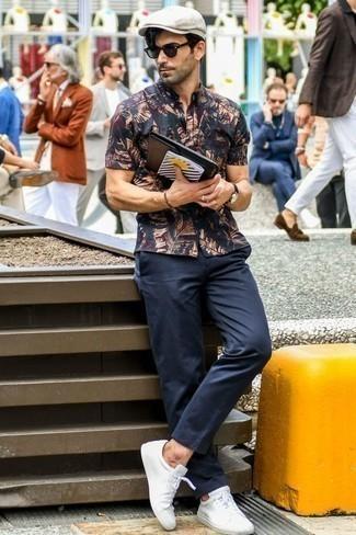 Comment porter un pantalon chino bleu marine: Pense à harmoniser une chemise à manches courtes imprimée bleu marine avec un pantalon chino bleu marine pour une tenue idéale le week-end. Une paire de des baskets basses en cuir blanches est une option parfait pour complèter cette tenue.