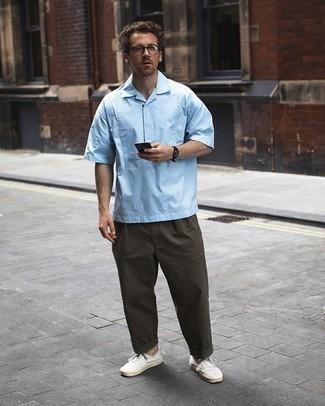 Tenue: Chemise à manches courtes bleu clair, Pantalon chino olive, Baskets basses en toile blanches, Lunettes de soleil transparentes