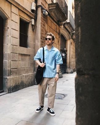 Comment porter une chemise à manches courtes bleu clair: Harmonise une chemise à manches courtes bleu clair avec un pantalon chino beige pour une tenue idéale le week-end. Complète ce look avec une paire de baskets basses en toile noires et blanches.