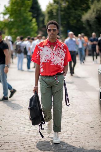 Comment porter des baskets montantes blanches: Pour une tenue de tous les jours pleine de caractère et de personnalité pense à porter une chemise à manches courtes à fleurs rouge et un pantalon chino olive. Tu veux y aller doucement avec les chaussures? Opte pour une paire de des baskets montantes blanches pour la journée.