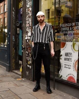 Comment s'habiller à 30 ans: Pense à porter une chemise à manches courtes à rayures verticales noire et blanche et un pantalon chino noir pour une tenue confortable aussi composée avec goût. Choisis une paire de bottes de loisirs en cuir noires pour afficher ton expertise vestimentaire.