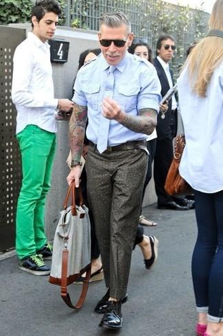 Tenue de Nick Wooster: Chemise à manches courtes bleu clair, Pantalon chino à fleurs olive, Bottines chukka en cuir noires, Sac fourre-tout en toile gris