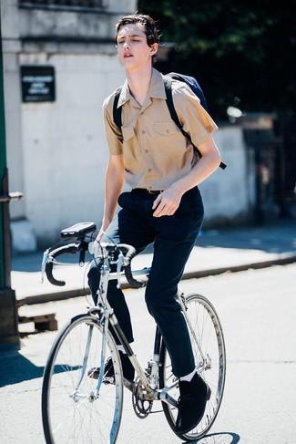 Comment porter: chemise à manches courtes marron clair, pantalon chino bleu marine, bottines chukka en daim noires, sac à dos en toile bleu marine