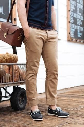 Comment porter une besace en cuir marron: Pour une tenue aussi confortable que ton canapé, pense à harmoniser une chemise à manches courtes bleu marine avec une besace en cuir marron. Habille ta tenue avec une paire de des chaussures bateau en cuir noires.