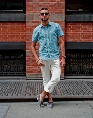 Comment porter une montre en cuir marron: Pense à marier une chemise à manches courtes imprimée turquoise avec une montre en cuir marron pour un look confortable et décontracté. Une paire de des chaussures bateau en toile grises est une façon simple d'améliorer ton look.