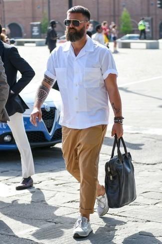 Comment porter une serviette en cuir marron foncé: Pour une tenue aussi confortable que ton canapé, harmonise une chemise à manches courtes blanche avec une serviette en cuir marron foncé. Une paire de des chaussures de sport blanches est une option avisé pour complèter cette tenue.