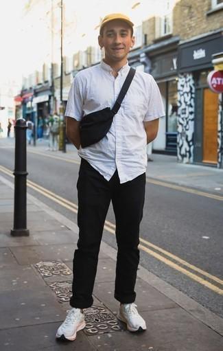 Comment porter une chemise à manches courtes blanche: Harmonise une chemise à manches courtes blanche avec un pantalon chino noir pour un look de tous les jours facile à porter. Si tu veux éviter un look trop formel, termine ce look avec une paire de des chaussures de sport blanches.