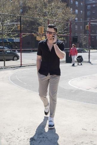 Comment porter des chaussettes noires pour un style decontractés: Essaie d'harmoniser une chemise à manches courtes noire avec des chaussettes noires pour un look idéal le week-end. Une paire de des chaussures de sport blanches et noires est une option génial pour complèter cette tenue.