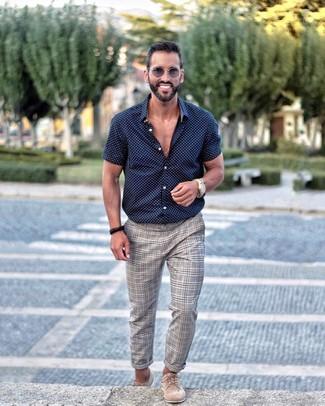 Comment porter: chemise à manches courtes á pois bleu marine et blanc, pantalon chino écossais gris, chaussures derby en daim beiges, lunettes de soleil grises