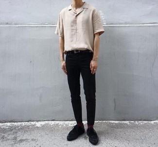 Comment s'habiller à l'adolescence: Pense à associer une chemise à manches courtes beige avec un pantalon chino noir pour une tenue confortable aussi composée avec goût. Fais d'une paire de des chaussures derby en daim noires ton choix de souliers pour afficher ton expertise vestimentaire.