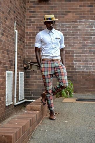 Comment porter des chaussettes marron foncé à 20 ans: Essaie d'associer une chemise à manches courtes blanche avec des chaussettes marron foncé pour une tenue idéale le week-end. Une paire de des chaussures derby en cuir marron rendra élégant même le plus décontracté des looks.