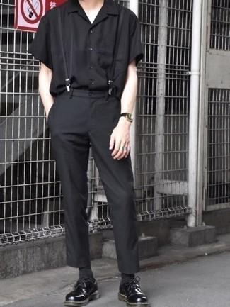 Comment porter un pantalon chino noir: Marie une chemise à manches courtes noire avec un pantalon chino noir pour affronter sans effort les défis que la journée te réserve. Opte pour une paire de chaussures derby en cuir épaisses noires pour afficher ton expertise vestimentaire.