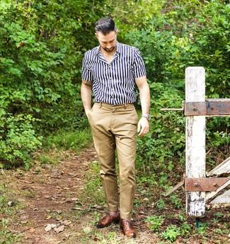 Comment porter: chemise à manches courtes à rayures verticales bleu marine et blanc, pantalon chino marron clair, chaussures richelieu en cuir marron, montre en cuir beige