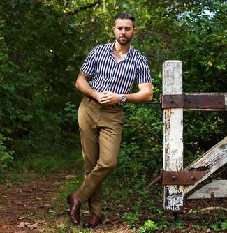 Comment porter: chemise à manches courtes à rayures verticales bleu marine et blanc, pantalon chino marron clair, chaussures richelieu en cuir marron, montre argentée