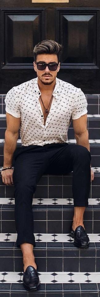 Comment porter: chemise à manches courtes imprimée blanche, pantalon chino noir, mocassins à pampilles en cuir noirs, lunettes de soleil noires