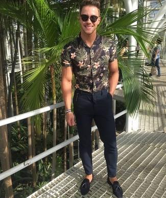 Comment porter: chemise à manches courtes à fleurs noire, pantalon chino bleu marine, mocassins à pampilles en daim noirs, lunettes de soleil marron foncé