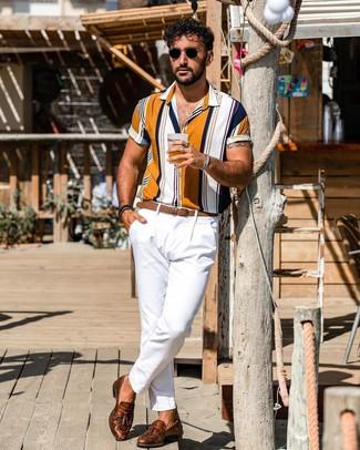 Comment porter: chemise à manches courtes à rayures verticales multicolore, pantalon chino blanc, mocassins à pampilles en cuir marron, ceinture en cuir marron