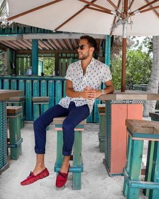 Comment porter: chemise à manches courtes imprimée blanche, pantalon chino bleu marine, mocassins en cuir rouges, lunettes de soleil noires