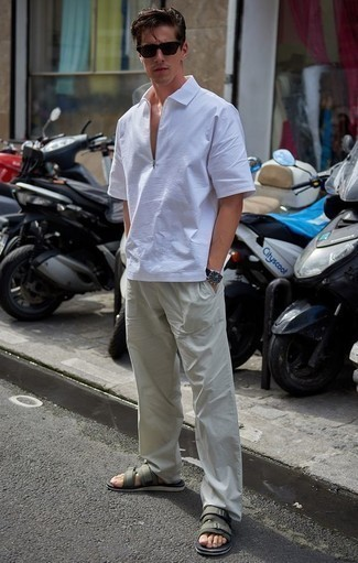 Comment porter une chemise à manches courtes blanche: Pense à opter pour une chemise à manches courtes blanche et un pantalon chino beige pour un look de tous les jours facile à porter. Tu veux y aller doucement avec les chaussures? Assortis cette tenue avec une paire de des sandales en toile olive pour la journée.