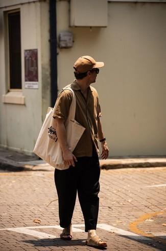 Comment porter une chemise à manches courtes marron clair: Associe une chemise à manches courtes marron clair avec un pantalon chino noir pour un déjeuner le dimanche entre amis. D'une humeur créatrice? Assortis ta tenue avec une paire de sandales en daim marron clair.