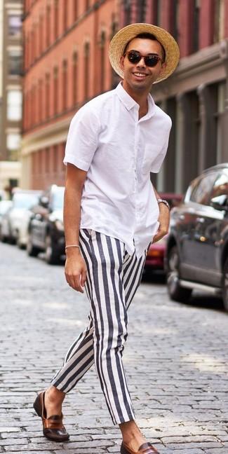 Comment porter: chemise à manches courtes blanche, pantalon chino à rayures verticales noir et blanc, slippers en cuir marron foncé, chapeau de paille marron clair