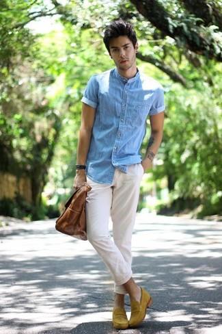 Comment porter: chemise à manches courtes en denim bleu clair, pantalon chino blanc, slippers en daim moutarde, sac fourre-tout en cuir marron